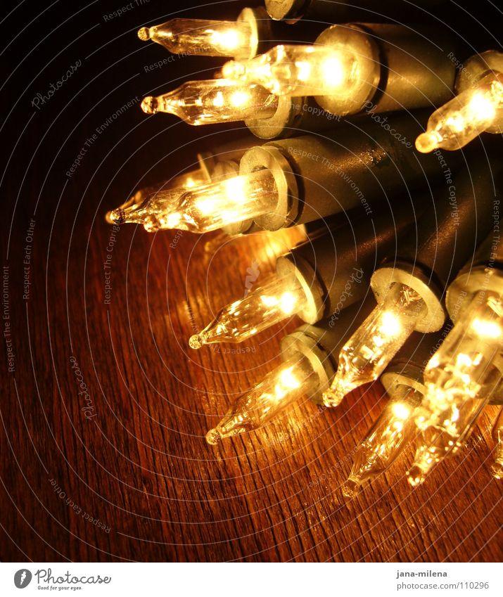 es weihnachtet sehr... Licht Lichterkette Weihnachtsmarkt Glühbirne glühen erleuchten Beleuchtung Vorfreude Physik Dezember glänzend dunkel Nacht Nachtlicht
