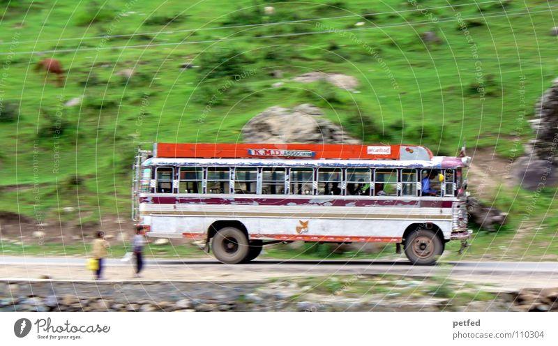 ... von Srinagar nach Gulmarg ... Mensch weiß grün Ferien & Urlaub & Reisen Straße Junge Berge u. Gebirge Erde orange fahren Güterverkehr & Logistik Indien Bus