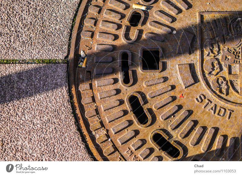 Stadt Deckel Straße Wege & Pfade beobachten gehen braun grau entdecken Farbfoto Gedeckte Farben Außenaufnahme Detailaufnahme Menschenleer Textfreiraum links