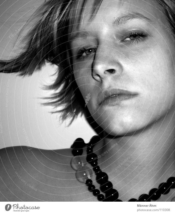 Beat it! Frau Schulter Perle Diamant Takt Wange Hochmut Reichtum Schwarzweißfoto Gesicht Haare & Frisuren Kette Pearl Mund Nase Auge fast lächelnd