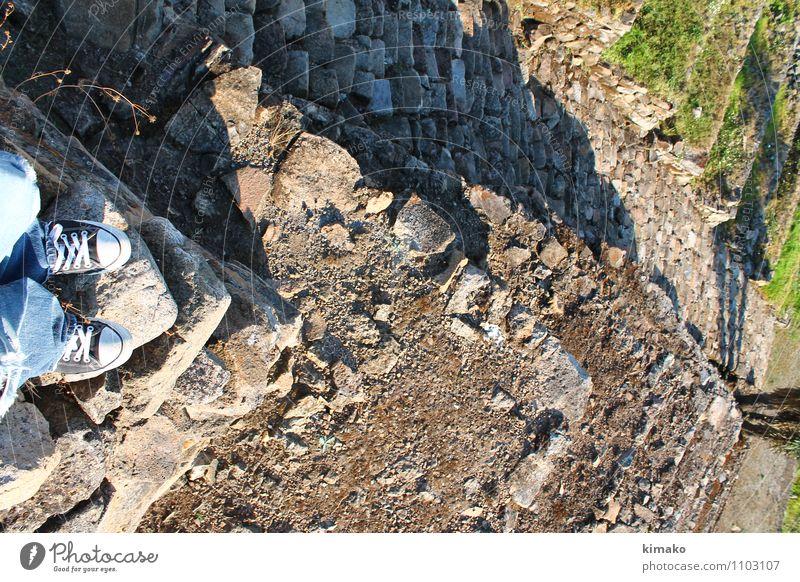 Mensch Natur Ferien & Urlaub & Reisen Umwelt Erwachsene Wand Architektur Mauer Gesundheit Freiheit Stein Sand Fuß Lifestyle maskulin Treppe