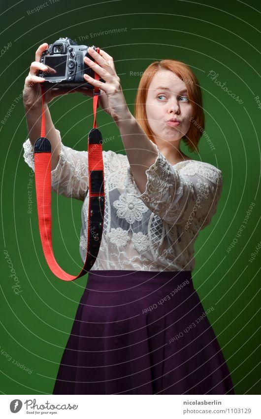 MP100 - Guns Don't Kill People.. Selfies Do Mensch Jugendliche schön grün Junge Frau rot Erotik Freude 18-30 Jahre Erwachsene Liebe feminin sprechen Stil Glück