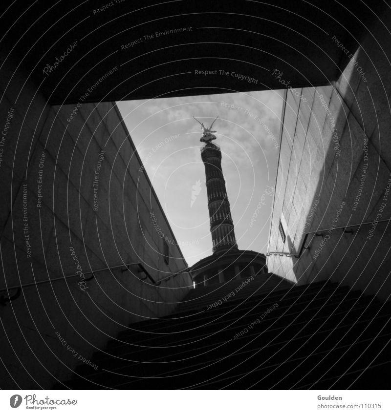 Kimme Himmel weiß schwarz Berlin Treppe Engel Tunnel eng Tourist Zwang Siegessäule