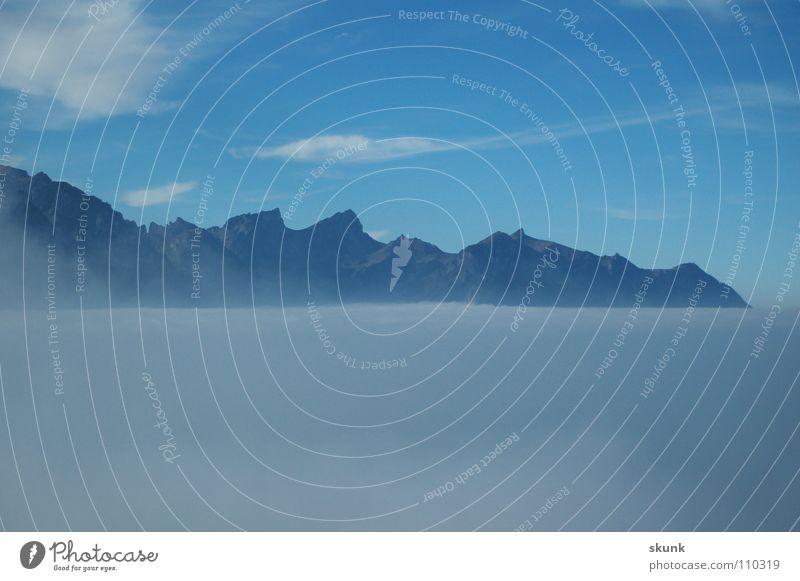 schweben im Nichts Wolken Nebel Luft Grenze Schweben Nebelbank trüb gehen Panorama (Aussicht) Berge u. Gebirge Himmel Spitze Niveau Freiheit fliegen geschlossen