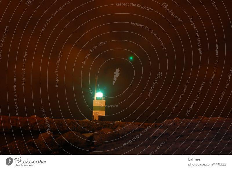 Steuerbord Leuchtfeuer Hafeneinfahrt IJmuiden Leuchtturm Mole Schifffahrt Wasserfahrzeug Segeln Nacht Wolken braun Licht Meer Nordsee Himmel