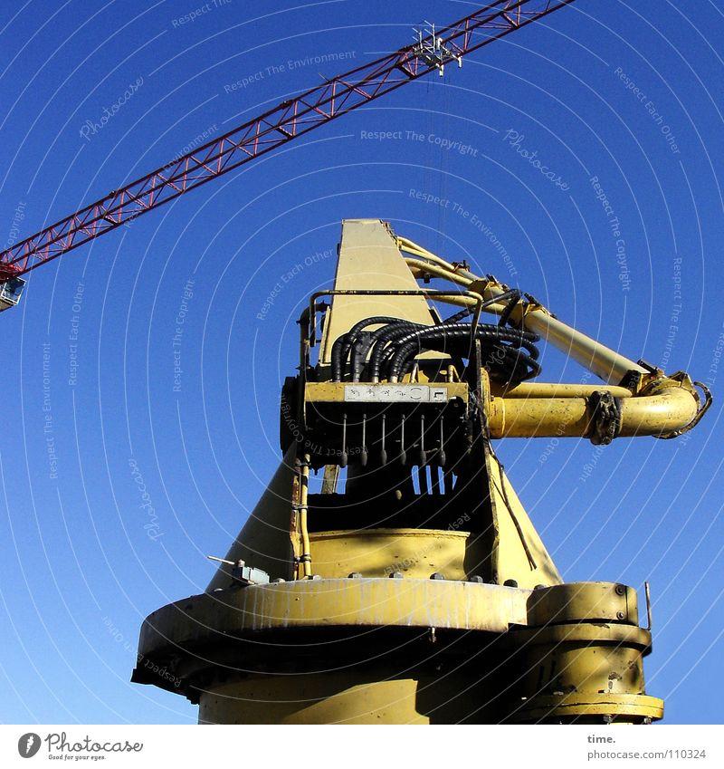 Da muss jemand scharf nachdenken, sagt Lukas Himmel blau gelb Arbeit & Erwerbstätigkeit Denken Metall Industrie Pause Kabel Niveau Baustelle Beruf Handwerk
