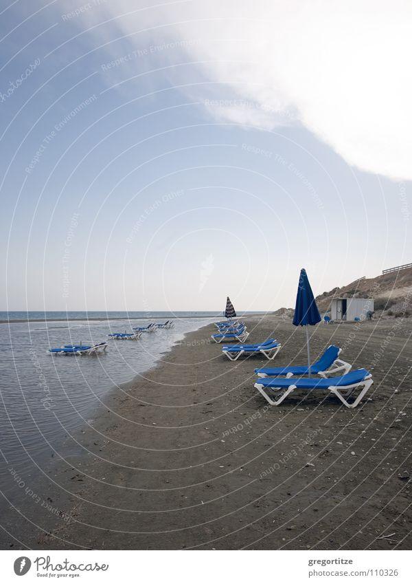 lonely sunbeds Meer Wolken Sonnenschirm Liegestuhl Zypern
