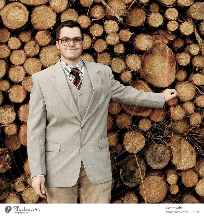 brauch ich immer! Mann Kerl Anzug Jacke Weste grau braun Hose Krawatte gestreift Hand hell Diebstahl entwenden geizig fantastisch Brille Holzstapel Brennholz