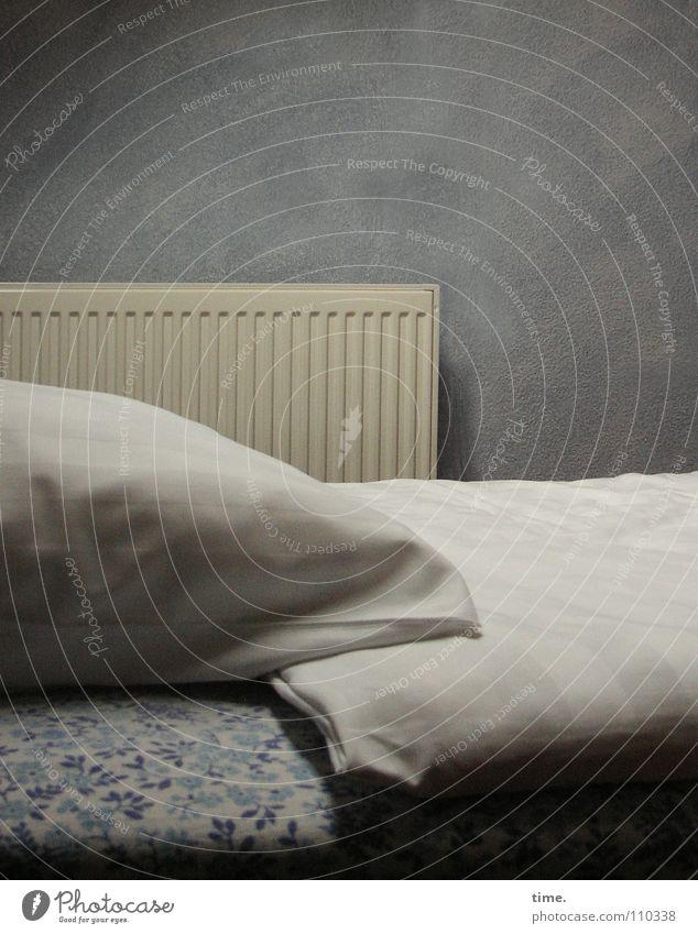 Bretzenheim Upstairs blau Wand Bett Vergänglichkeit Möbel Heizkörper Kissen unterwegs Schlafzimmer Bettwäsche Bettdecke Luke Oberlicht Luftmatratze improvisieren Dachgeschoss