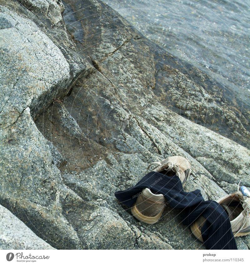 Ausgewandert? Küste Strümpfe Schuhe Meer See kalt nass Turnschuh Wanderschuhe Schuhbänder verloren wiederkommen untergehen ertrinken erfrieren Stein Mineralien