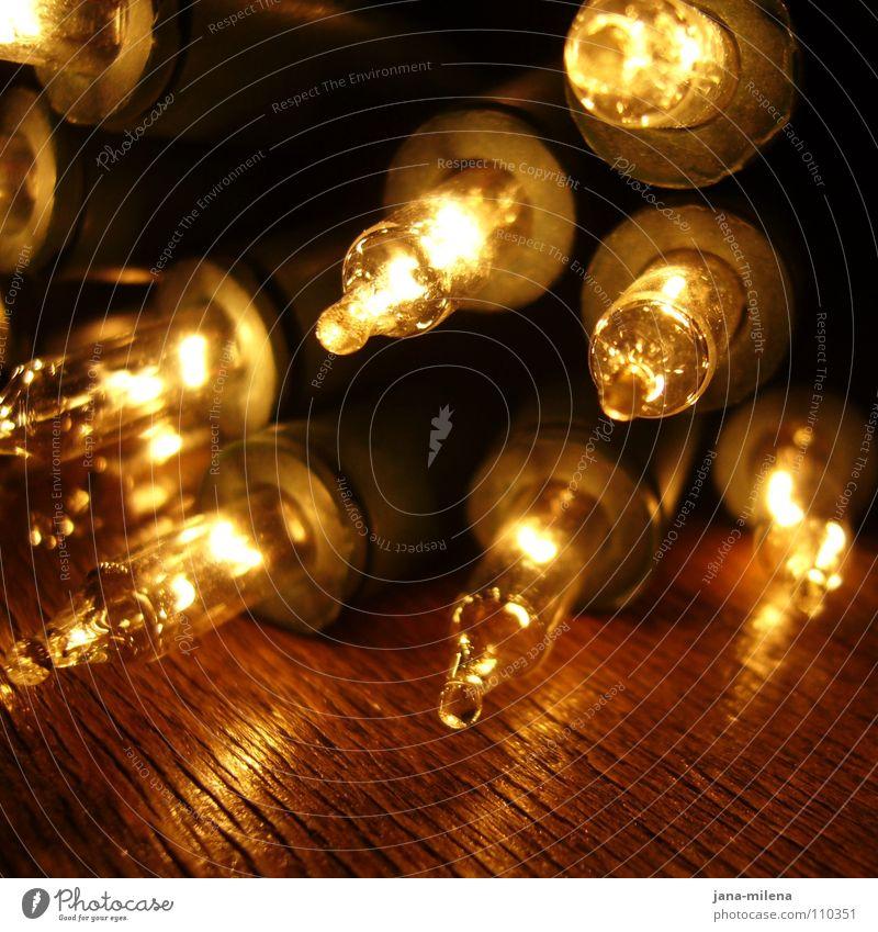 Light in the dark Licht Lichterkette Weihnachtsmarkt Glühbirne glühen erleuchten Beleuchtung Vorfreude Physik Dezember glänzend Betriebsfest dunkel hell