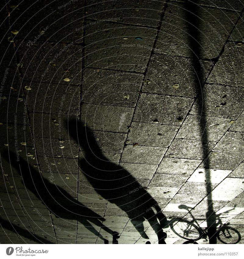 schwarzarbeiter Fahrrad Laterne Bürgersteig Fußgänger Spaziergang Gegenlicht Osten Straßenbelag Granit Befestigung Fußgängerzone Arbeit & Erwerbstätigkeit