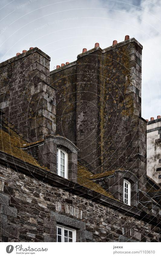 Heizperiode beendet alt schön Haus Fenster kalt Wand Architektur Stil Mauer Häusliches Leben hoch Moos Schornstein Altbau massiv Fensterkreuz