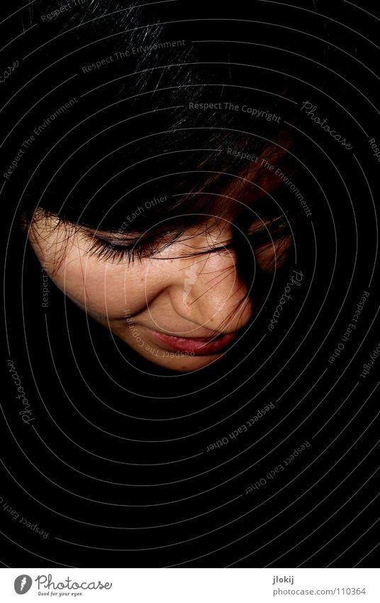 Lächeln Frau Natur Freude Gesicht schwarz Einsamkeit dunkel Haare & Frisuren Kopf Mund glänzend Nase Lippen Wimpern Augenbraue