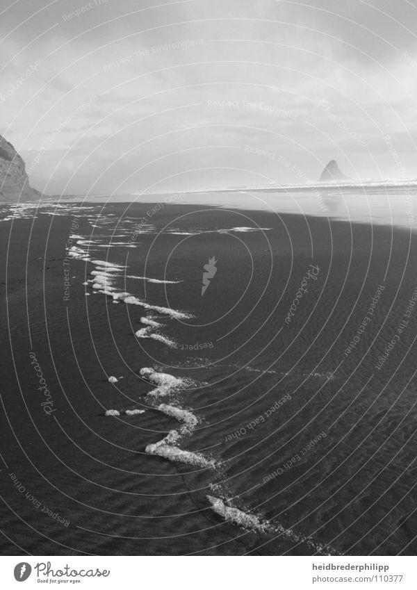 Eine zarte Spur Fernweh Vergänglichkeit Meer Neuseeland Horizont Schaum Schwarzweißfoto Sand