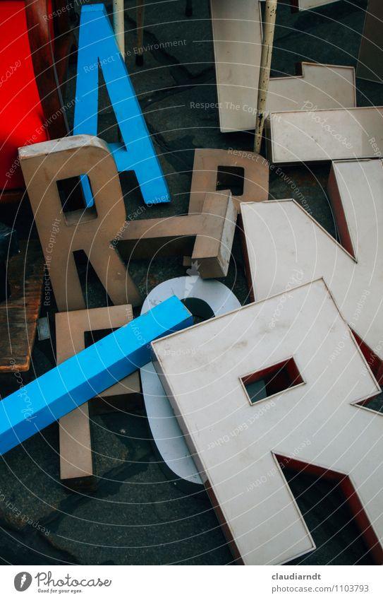 Wortfindungsstörung alt blau weiß rot Kunst Schriftzeichen retro lesen Kunststoff Medien chaotisch Sammlung durcheinander Printmedien Rätsel Flohmarkt