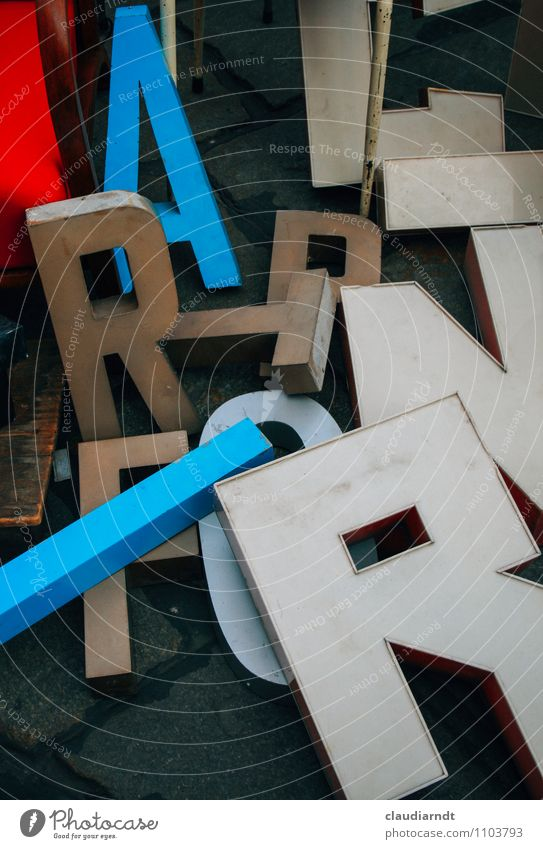 Wortfindungsstörung Kunst Medien Printmedien lesen Sammlung Kunststoff Schriftzeichen alt blau mehrfarbig rot weiß durcheinander chaotisch R Flohmarkt retro