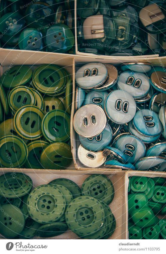 Knopfkiste Kasten Sammlung viele blau grün Knöpfe sortieren Flohmarkt Flohmarktstand Verschiedenheit Farbfoto Detailaufnahme Menschenleer Totale