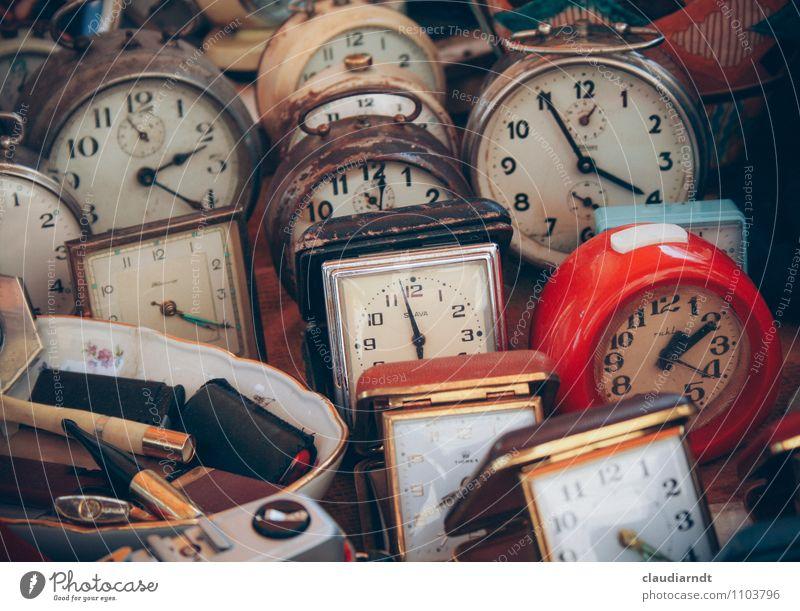 Es tickt... Uhr alt kaputt retro trashig rot Vergangenheit Zeit Zukunft Wecker ticken Flohmarkt Flohmarktstand Zifferblatt Zeitzonen Farbfoto Außenaufnahme