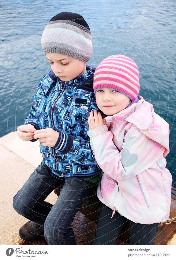lean on my shoulder ... Kind Mädchen Junge Geschwister Bruder Schwester Kindheit 2 Mensch 3-8 Jahre 8-13 Jahre Wasser Küste Meer Jacke Mütze Gefühle Stimmung