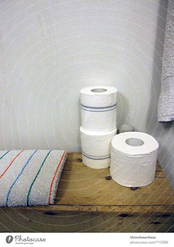 schön aufgeräumt Bad Toilette Vorleger eng Intimität Wäsche Papier Handtuch Holzbank ruhig Erholung Sitzung Sauberkeit drücken Abgas fertig Geruch makaber