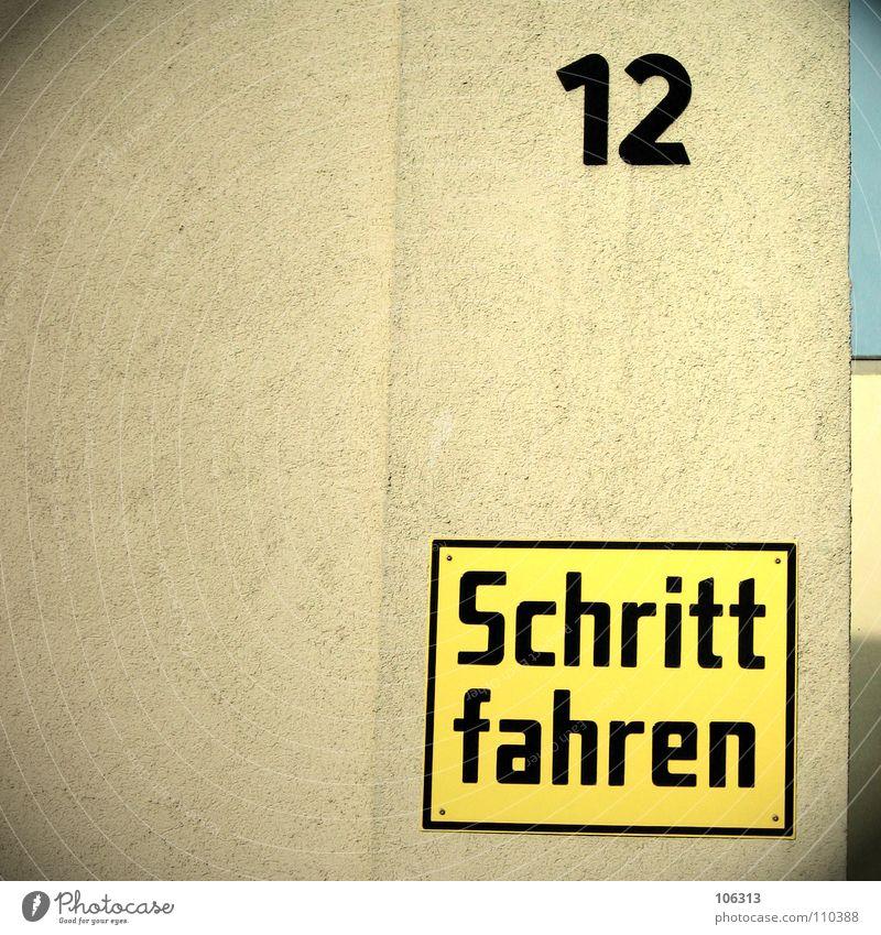IN DEN SCHRITT FAHREN Haus gelb Wand Mauer Deutschland Schilder & Markierungen fahren Buchstaben Hinweisschild Dresden Putz obskur Warnhinweis seltsam schreiten