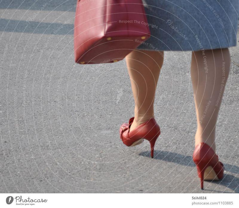 rote high Heels elegant Stil feminin Frau Erwachsene Beine 1 Mensch 30-45 Jahre Rock Schuhe Damenschuhe Erholung gehen dick dünn grau Freude Lebensfreude