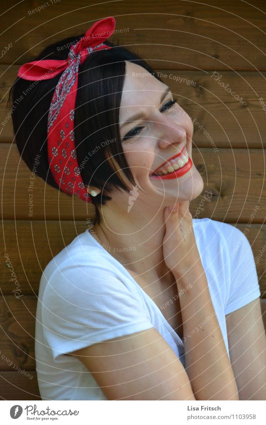 Glücksgefühle feminin Junge Frau Jugendliche Erwachsene 1 Mensch T-Shirt Schmuck kopfband brünett kurzhaarig Pony genießen Lächeln lachen leuchten ästhetisch
