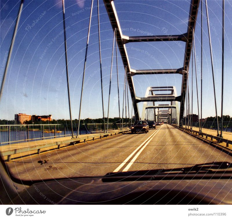 Schwedischer Brückenbau Stadt Haus Ferne Straße Metall PKW Verkehr Brücke Güterverkehr & Logistik Sicherheit Bauwerk Verkehrswege Konstruktion Brückengeländer unterwegs Norden