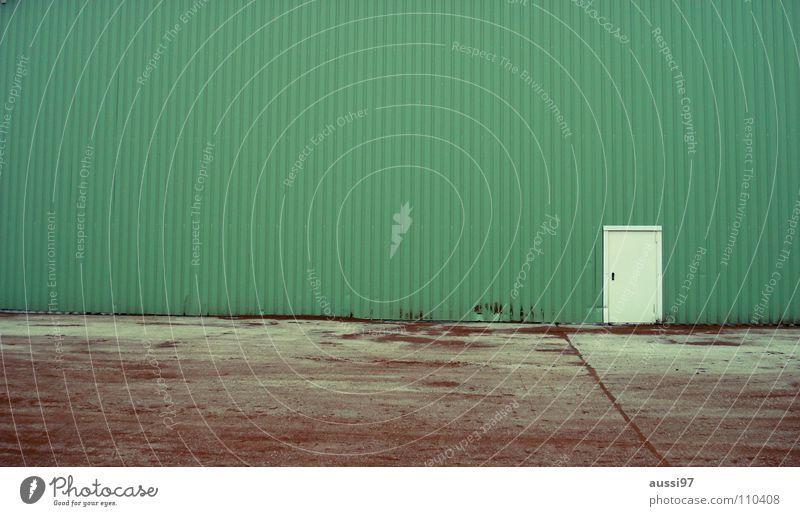 Lost door Haus verbarrikadiert Gewerbegebiet grün Fabrikhalle Werkstatt geschlossen Eingang urinieren Industrie modern Häuserwand Einsamkeit lost place Tür