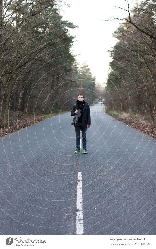 eine lange reise. Mensch Natur Ferien & Urlaub & Reisen Jugendliche Einsamkeit Junger Mann Ferne Wald Erwachsene Straße Freiheit gehen maskulin Tourismus frei