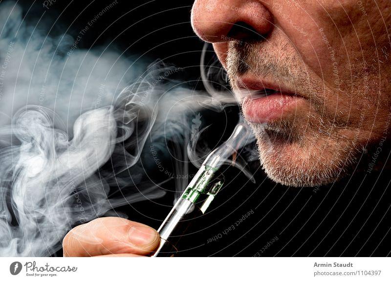 E-Zigarette Mensch Mann Erholung Freude Erwachsene Stil Lifestyle Design maskulin Zufriedenheit Freizeit & Hobby Technik & Technologie genießen Mund