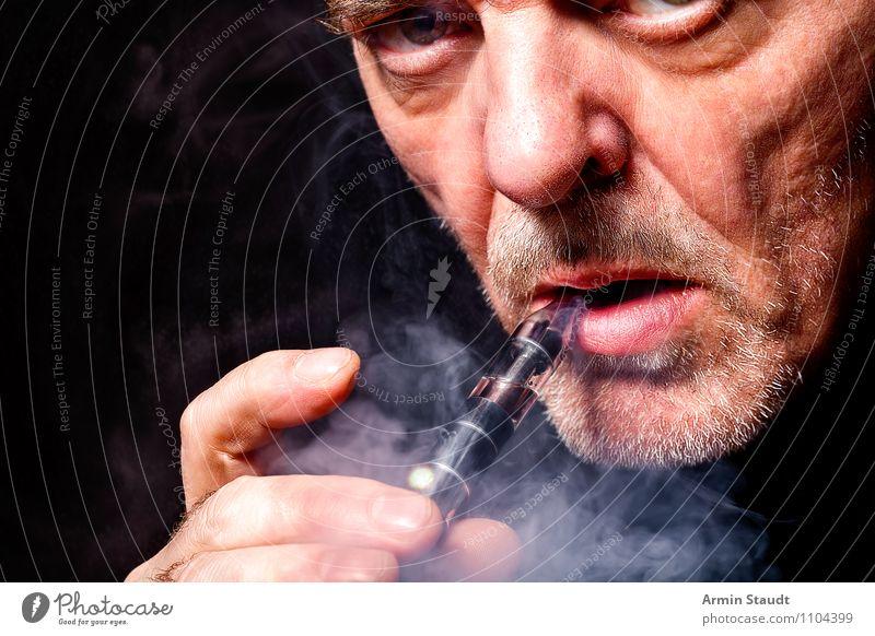 E-Zigarette Mensch Mann Erholung Freude Erwachsene Stil Lifestyle Design maskulin Zufriedenheit Freizeit & Hobby 45-60 Jahre Technik & Technologie genießen Mund