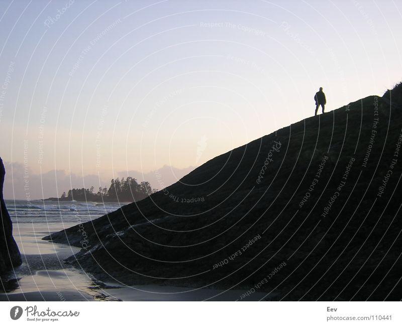 Tofino Mann Himmel Meer Strand schwarz Einsamkeit Felsen Insel verfallen