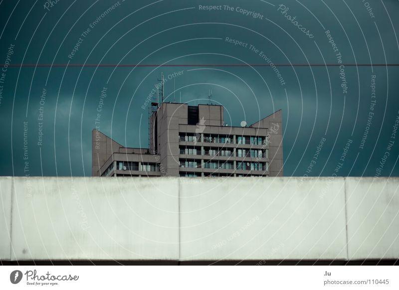 _ grau sehen Antenne Haus Wohnung Wohnhochhaus bedrohlich trist gefährlich Bahnhof Formspiel Gewitter Himmel modern Regen Schöner Wohnen Plattenbau