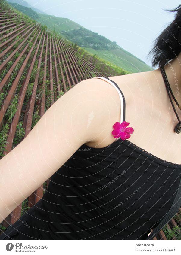 allein im Sommer... Frau Jugendliche Blume Einsamkeit Freiheit Perspektive Spaziergang zart Schulter gehen