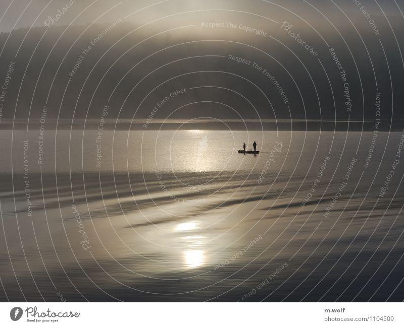 Ruhe Freizeit & Hobby Angeln Mensch 2 Wasser Sonnenaufgang Sonnenuntergang Sonnenlicht Nebel See Ederstausee Erholung Blick stehen authentisch kalt maritim grau