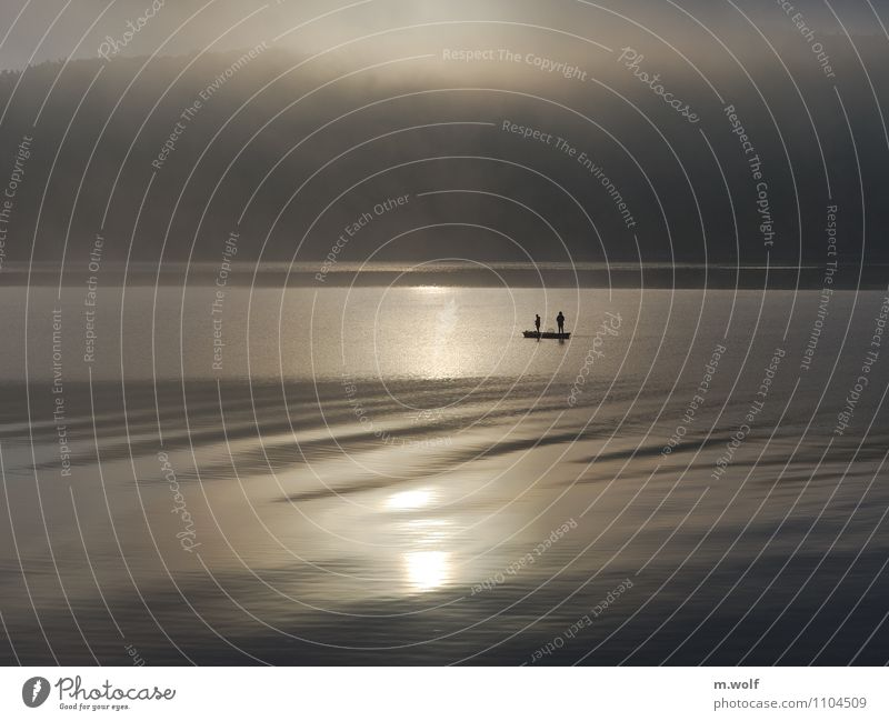 Ruhe Mensch weiß Wasser Erholung Einsamkeit ruhig kalt Glück grau See Stimmung Freizeit & Hobby Zufriedenheit Nebel authentisch stehen