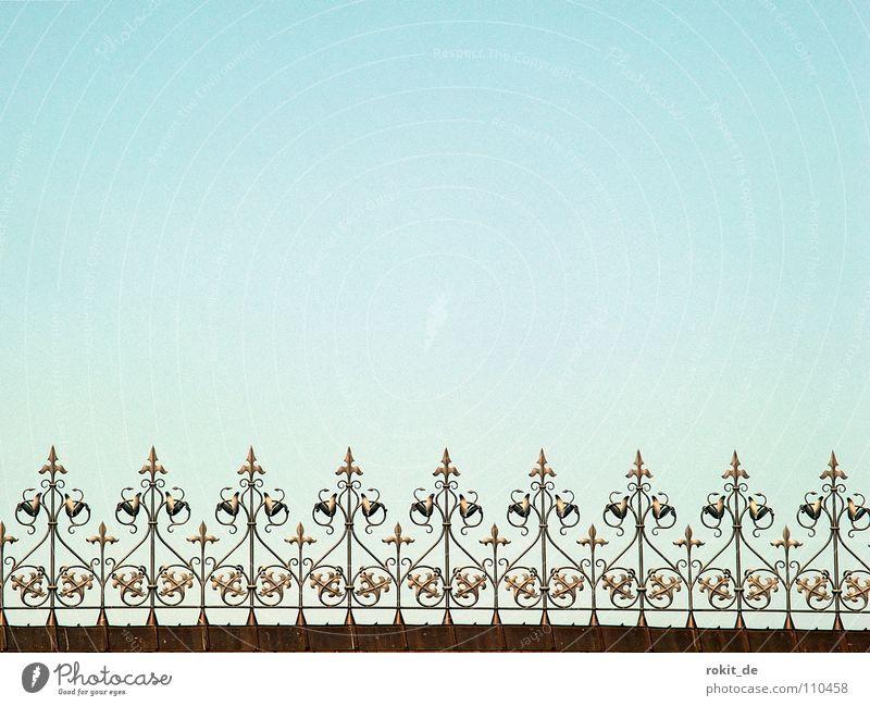 Eingezäunt Zaun Dach Rathaus München Regel geschwungen Muster Eisen Gußeisen Ordnung Anordnung Gebäude Haus gerade Verkehrswege Wahrzeichen Denkmal