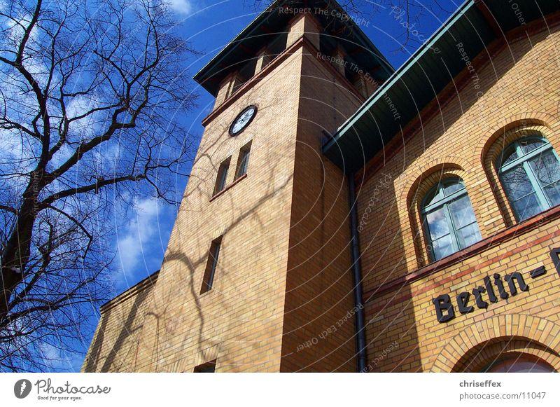bahn'hof Haus Baum braun Backstein Herbst Architektur Bahnhof Himmel Perspektive Graffiti blau
