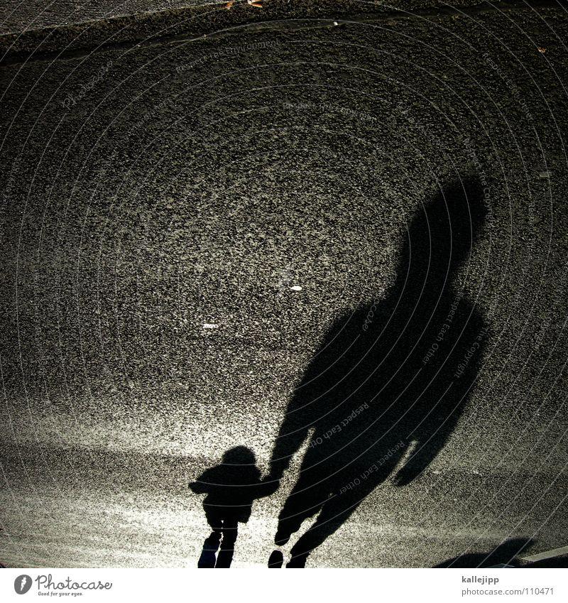 geh nicht mit dem schattenmann Kind Mann falsch Kriminalität Schattenkind Schattenseite Bürgersteig Fußgänger schwarz Spaziergang Gegenlicht Osten Straßenbelag