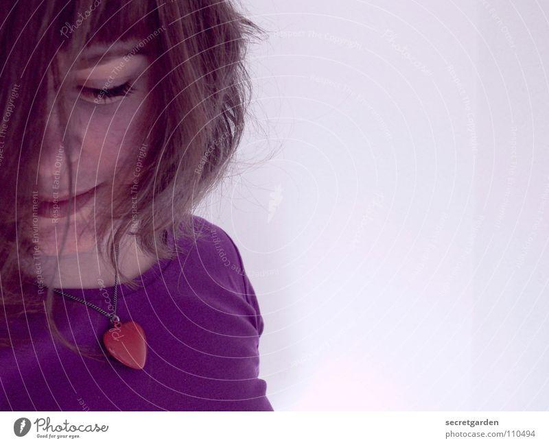 errötend Frau violett Fliederbusch rot T-Shirt Wimpern Porträt Selbstportrait Schmuck Kurzhaarschnitt Wand weiß Torso Mensch Bekleidung Haarsträhne verlegen