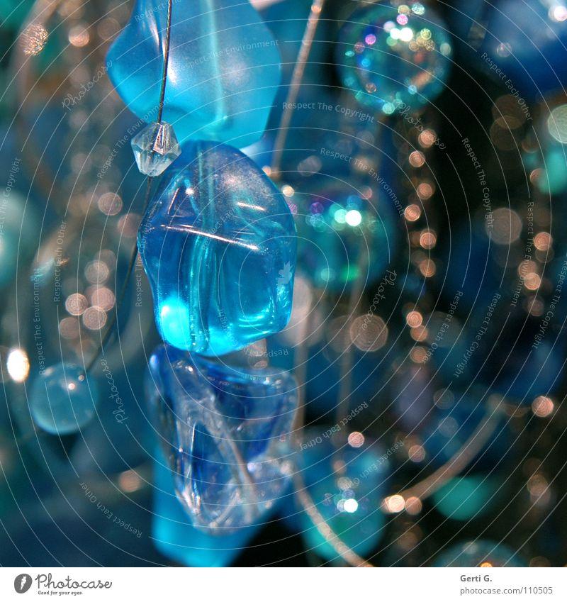 scharfe Perle durchsichtig durcheinander Lichtpunkt Unschärfe dunkel schwarz türkis Schmuck Perlenkette Lichteinfall obskur verwaschen ungenau