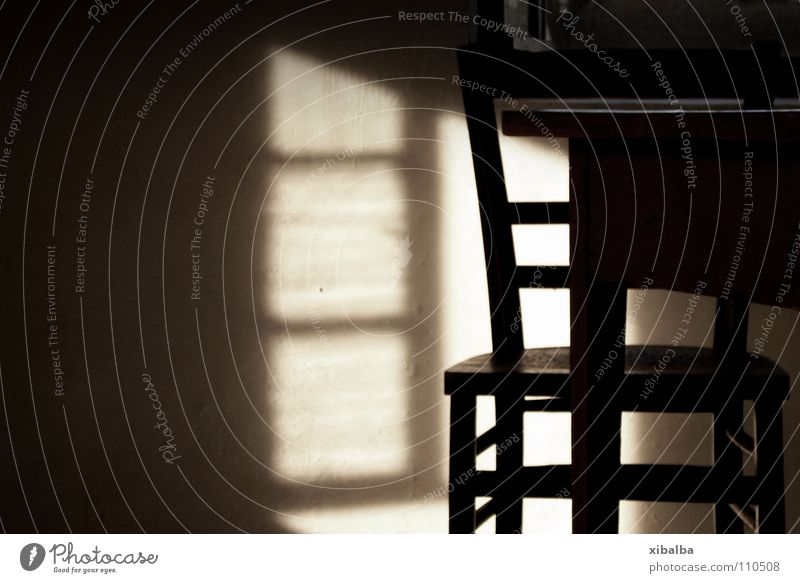 Licht und Sitzgelegenheit alt Stil Fenster Holz braun Armut Zeit Tisch Stuhl Wandel & Veränderung Sauberkeit Vergänglichkeit Verfall Vergangenheit Symmetrie stagnierend