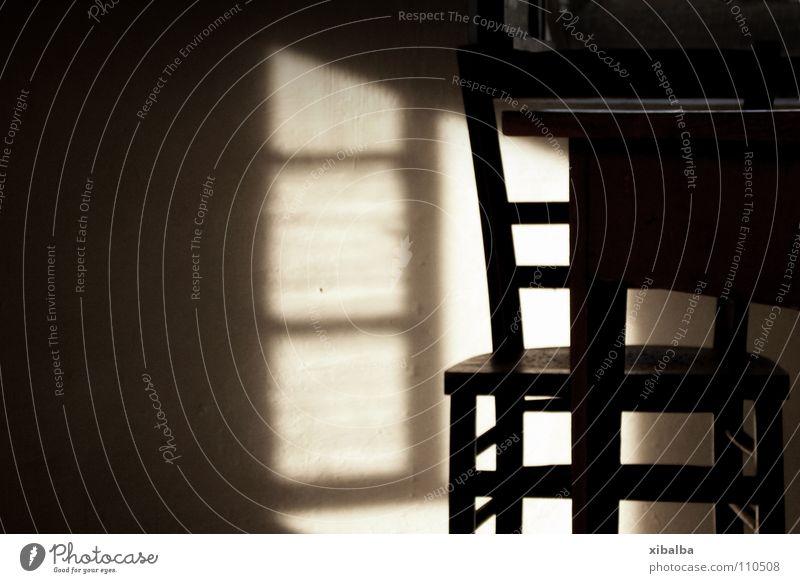 Licht und Sitzgelegenheit Farbfoto Gedeckte Farben Innenaufnahme Menschenleer Textfreiraum links Tisch Stuhl Holz alt Armut braun Reinlichkeit Sauberkeit