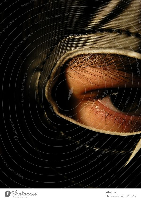 Maske II Farbfoto Studioaufnahme Nahaufnahme Kunstlicht Low Key Blick Blick in die Kamera maskulin Auge Aggression außergewöhnlich dunkel rebellisch stark Kraft