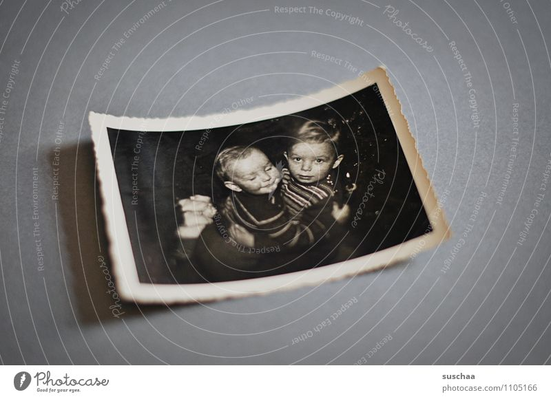 brothers Kind alt Junge Kindheit Textfreiraum Fotografie Kindheitserinnerung Vergangenheit analog Erinnerung Umarmen Bruder Geschwister Fotoalbum