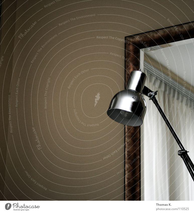 Eine Leuchte Lampe Licht Glühbirne Chrom Raum Spiegel Gardine Vorhang Wand Langeweile Innenarchitektur Rahmen
