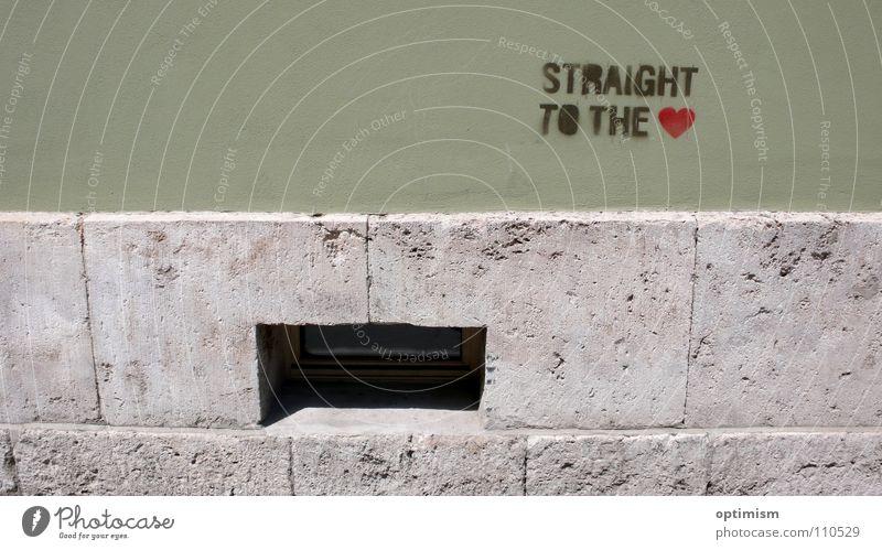 Straight to the heart Jugendliche grün Stadt Fenster Wand Graffiti grau Stein Mauer hell dreckig Herz einfach Momentaufnahme Straßenkunst