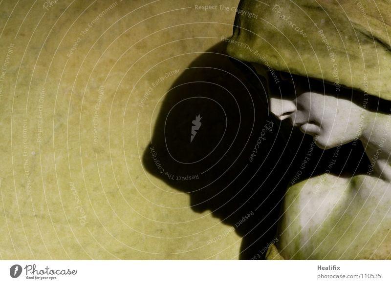 SHADOW ON THE WALL Mensch Einsamkeit ruhig Erwachsene Tod dunkel kalt Gefühle Kopf Stein Traurigkeit Hoffnung Trauer Vergänglichkeit Frieden Schmerz
